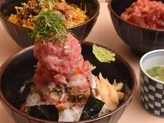 《 白金 》自分好みの丼アレンジを楽しめる!  白金高輪駅からすぐに位置する『尾崎幸隆 丼』は、麻布十番にある日本料理店『尾崎幸隆』が手がけた姉妹店。同店の魅力は「完全オーダーメイドの天然まぐろ丼を食べる事ができること」だ。普通は丼の種類を選ぶのみだが、米や酢の種類まで選べるのが嬉しい!   まず、店内に入ったら9種類用意されている丼の種類を選ぼう。「海鮮丼」や、いくら、めばちまぐろ、しらすの「三色丼」、「牛とろ丼」などからお好みをチョイス。