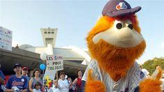 Des partisans des Expos de Montréal avec la mascotte Youppi avant une partie contre les Phillies de Philadelphie le 25 septembre 2004