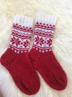 Ravelry: Merry and Warm pattern by DROPS design Knitting Patterns Free, Knit Patterns, Knitting Ideas, Fair Isle Knitting, Knitting Socks, Diy Crafts Knitting, Scandinavian Pattern, Sock Toys, Fair Isle Pattern