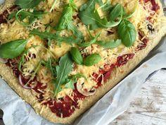 Gezonde pizza di salami met kaas en basilium