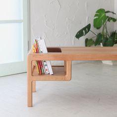 Brillante idea!!! Sillita de niño incorporada en la mesa. Cuando el niño crezca te servirá para guardar los libros y revistas.