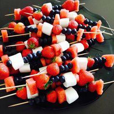 Orker du ikke å lage kake til 17. mai? Her er et tips😜 Spyd med jordbær, blåbær, marshmallows og melon. Melonbitene er små hjerter som jeg har laget med hjelp av pepperkakeformer. Superpopulært blant barna!!! Gooood helg alle ❤️🇳🇴🇳🇴🇳🇴 #inspiasjon #17.mai #kake #fruktspyd #ukeplan #helg Holidays And Events, Fruit Salad, Girl Night, Food And Drink, Sweets, Snacks, Marshmallows, Celine, Party