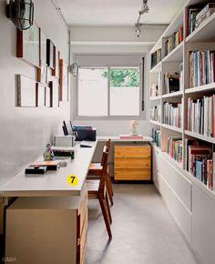 7. Móveis baixos e compridos são boa pedida para alongar os ambientes. A bancada do computador (Marcenaria Daikko) cumpre essa função e libera a parte superior da parede para os quadros.