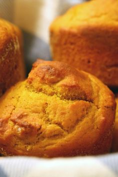 Weight Watchers 2 Point- Pumpkin Muffins ~ These are soooo yummy! My sister made them exactly as written and we all love them! They do taste just like pumpkin pie. They do stick to the muffin wrappers so next time we will just spray the muffin tin Weight Watcher Desserts, Petit Déjeuner Weight Watcher, Weight Watchers Pumpkin, Plats Weight Watchers, Weight Watchers Breakfast, Weight Watchers Meals, Ww Recipes, Fall Recipes, Cooking Recipes