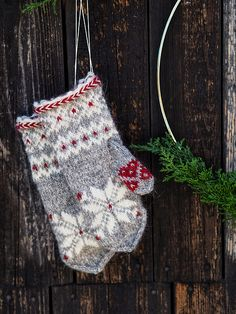 Ravelry: Julvanten pattern by Maja Karlsson Knitted Mittens Pattern, Knit Mittens, Knitted Gloves, Knitting Patterns, Crochet Crafts, Sewing Crafts, Knit Crochet, Fair Isle Knitting, Hand Knitting