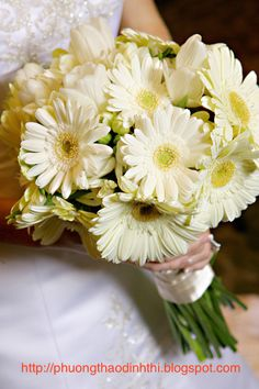 Handheld wedding bouquet with daisies bridal white wild  Small wild chrysanthemum flower often grows wild, with the pale side, from the middle like the spokes radiating around a bright yellow pistil. Children often like picking wild daisies bouquet to the city or strung. In England, wild daisies are also known as Baby's pet or Bairnwort means flower children. Four spring. Summer, autumn and winter are the wild daisies. Wild daisies symbolize love simple but durable.