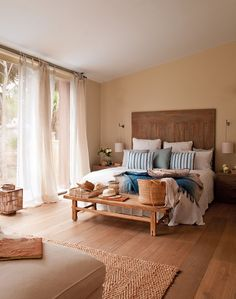 Dormitorio  Cabecero, aplique y cortinas, de Cado. Ropa de cama de Coco-Mat. Bandeja, en Coton et Bois. Banqueta de Aistrade.