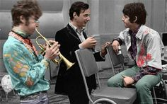 "John e Paul com #BrianEpstein durante os ensaios de ""Todas as You Need Is Love"", de 1967, #TheBeatles"