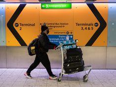 Uma mulher usando uma máscara protetora se prepara para embarcar em um voo no aeroporto de Heathrow em 16 de março de 2020 em Londres, Inglaterra. (Foto: Getty Images)    O Secretário de Estado dos Transportes, Grant Shapps, usou o Twitter para anunciar as novas medidas adotadas pelo governo britânico com relação às restrições de viagens à população a fim de conter o aumento no número de novos cas