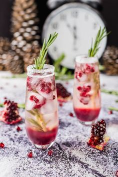 Pomegranate Ombre Sparkler - Drinks ~ Cocktails ~ and Smoothies - Winter Cocktails, Christmas Cocktails, Holiday Cocktails, Winter Sangria, Holiday Parties, Thanksgiving Cocktails, Fun Drinks, Yummy Drinks, Alcoholic Drinks
