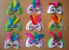 Pratinhos de plástico decorados com penachinhos coloridos! foto reprodução: Pinterest