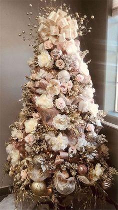 Rose Gold Christmas Tree, Rose Gold Christmas Decorations, Elegant Christmas Trees, Christmas Tree Themes, Noel Christmas, Rustic Christmas, Flocked Christmas Trees Decorated, Vintage Christmas, Christmas Island