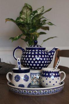 Bunzlau teapot and cup Café Chocolate, Teapots And Cups, Blue And White China, My Cup Of Tea, Polish Pottery, Tea Service, Vintage Tea, Ceramic Pottery, Tea Set