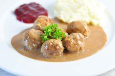 Den perfekte opskrift på kødboller, der smager så tæt på de originale fra IKEA som muligt. Med lækker kartoffelmos, sauce og selvfølgelig tyttebær!