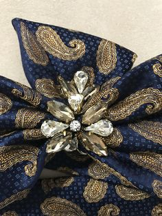 Marina de guerra y bronce paisley correa 100% corbata de seda adornada con diamantes de imitación de cristal claro y champagne. Usted puede usar este cinturón de moda con cualquier cosa y para cualquier ocasión.  Remodelar y adornan único, uno de los tipos adornado cinturones de