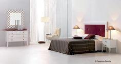 Dormitorio romántico estilo nórdico con detalles en rojo http://www.casanova-gandia.com/catalogos/catalogo-suspirarte.aspx
