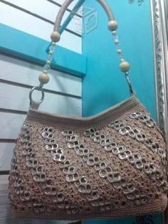 bolso con anillas Pop Tab Purse, Pop Can Crafts, Soda Tabs, Crocheted Bags, Pop Cans, Diy Bags, Crochet Top, Upcycle, Handbags