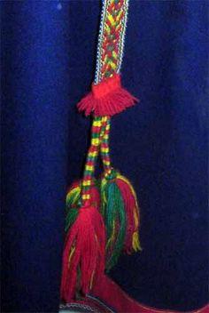Midjeband/ bádde Gällivare, tillverkat av/duojár Laila Spik Skaltje 1997 Native Style, Traditional Outfits, Handicraft, Pouches, Tassel Necklace, Folk Art, Belts, Weaving, Jewelry