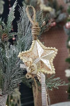 Διακοσμήστε απλά στολίδια με κορδόνια και κορδέλες για να φτιάξετε Χριστουγεννιάτικα γούρια. Δείτε στο άρθρο μας πως να το φτιάξετε και ακόμα περισσότερες ιδέες. #γουρια #γουρια2020 #gouria2020 #xmascharms #xmas2020 #christmas2020 #diyxmas #gouria #barkasgr #barkas #afoibarka #μπαρκας #αφοιμπαρκα #imaginecreategr Diy Xmas, Dandelion, Create, Flowers, Plants, Dandelions, Plant, Taraxacum Officinale, Royal Icing Flowers