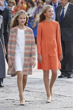 Bagpipes, smiles and a very special visit at the welcome ceremony of the Kings and their daughters in Oviedo Princess Outfits, Cute Girl Outfits, Kids Outfits, Kids Dress Clothes, Casa Real, Estilo Real, Clothing Logo, Queen Letizia, Royal Fashion