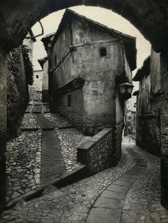 Alley in Spain.  Love this.  Sometimes the neat even lines of life become so boring.