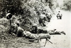 De slag om Normandië. De helm word omhoog gehouden met de hoop dat een sluipschutter zn positie vrij geeft mocht hij er op schieten
