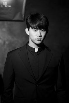 2PM テギョンの「時間の上の家」のビハインドカットが公開された。JYPエンターテインメントは公式ポストで、映画「時間の上の家」のポスターの撮影現場で撮られたテギョンの写真をアップした。テギョンは真… - 韓流・韓国芸能ニュースはKstyle