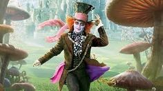 sombrereno, interpretado por johnny depp, un personaje divertido, pero con un gran dolor causado por la reina roja, pero a pesar de ello no deja que mate su espiritu, su vestimenta es desgasta parece la de un vagabundo pero es llamativa y describe al personaje con ayuda del maquillaje