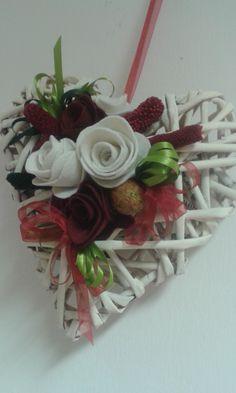 cuore di carta intrecciata con fiori in feltro e nastri in raso e organza