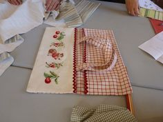 (sac à tarte) Maybe this is a casserole carrier. Looks easy -using two towels and add handles. Laine Drops, Casserole Carrier, Small Sewing Projects, Le Point, Cross Stitch Embroidery, Pot Holders, Towels, Projects To Try, Tutorials