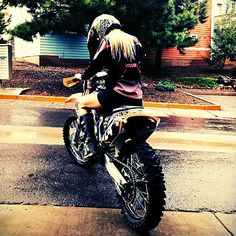 5 Types of Women that Ride Motorcycles (Infographic) Enduro Motocross, Motocross Helmets, Motorcycle Types, Motorcycle Gear, Lady Biker, Biker Girl, Different Types Of Motorcycles, Motos Trial, Harley Davidson Photos