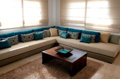 I like long sofas like that Moroccan Interiors, Moroccan Decor, Moroccan Style, Home Decor Furniture, Furniture Sets, Small Guest Rooms, Living Styles, Living Room Sofa, Interior Design