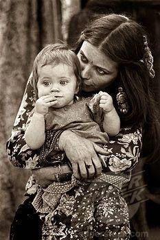MÃE CIGANA      A mãe na família cigana é a estabilidade, o referencial.      O equilíbrio da estrutura familiar depende de seu próp...