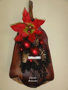 Arranjo de natal para porta na palha de coqueiro - decorado com ramos de pinheiro desidratado, mini partitura, pinhas, flor e bolas natalinas