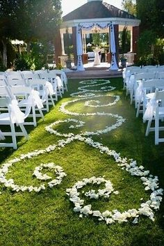 Form an aisle runner out of rose petals l wedding ideas l decora el camino al altar con dibujos hechos con pétalos