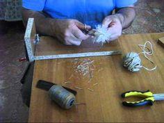 Ho preparato gli alberi in miniatura, filo di ferro, pinza, spago, forbici, pettine, pennello, colla vinilica e segatura di legno verde.