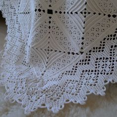 Beautiful crochet lace squares for bedspread / coverlet; note the edging ~~ Mias Landliv: Lucky find