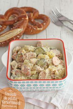 Kartoffeslsalat Ingredientes      800 gramos de patatas     4 Salchichas tipo Frankfurt cocidas y ahumadas     8 Pepinillos agridulces     1 Cebolleta     2 Huevos     5 cucharadas de Mayonesa     1 cucharada de Mostaza a la antigua
