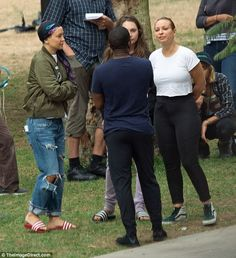 Talking it out!Kate Hudson kept her buzz cut hidden as she got to work on the set of Sister with Sia, and co-stars Maddie Ziegler, and Leslie Odom Jr, in a Los Angeles park on Friday Sia And Maddie, Leslie Odom, Shes Amazing, Maddie Ziegler, Shaved Head, I Am A Queen, Kate Hudson, Celebs, Celebrities