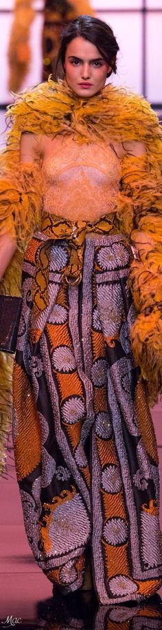 Giorgio Armani Prive` Spring 2017 Couture l Ria Fashion 2017, World Of Fashion, Fashion Models, High Fashion, Fashion Beauty, Modern Fashion, Fashion Art, Orange Fashion, Colorful Fashion