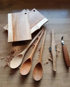 "Gefällt 222 Mal, 11 Kommentare - Bo (@boshokunin) auf Instagram: ""Liveedge cutting boards and matching spoons in danish elm, cherry and maple. Smørrebrætter og…"""