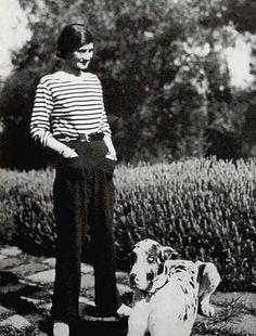 Coco Chanel là một ntk người Pháp. Bà là người sáng tập thương hiệu thời trang cao cấp nổi tiếng Chanel. Bà nổi tiếng với các thiết kế mũ đơn giản, loại bỏ sự cầu kì và rườm rà trên trang phục. Bà nổi tiếng với phong cách unisex và minimalism, cả phong cách và những thiết kế của bà đều tối giản và thanh lịch. Ngoài ra sản phẩm nước hoa Chanel no.5 cũng trở nên vô cùng nổi tiếng và được ưa chuộng đặc biệt bởi thiết kế của vỏ chai. Bà cũng là ntk đầu tiên sáng tạo ra kiểu túi xách có dây đeo