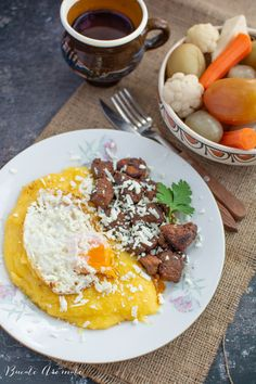 Tochitură moldovenească, cea mai gustoasă mâncare tradițională românească. Ce carne se folosește, cum se prăjește carnea, cum se servește tochitura. Romanian Food, Ethnic Recipes, Hip Bones