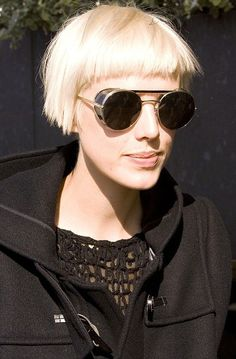 With her incredible bone structure and platinum blonde hair supermodel Agyness Deyn is a trend setter. Bob Hairstyles With Bangs, 2015 Hairstyles, Short Hairstyles For Women, Cool Hairstyles, Short Blonde, Girl Short Hair, Blonde Hair, Short Hair Cuts For Women, Short Hair Styles