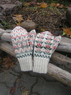 Ravelry: Project Gallery for Etelä-Pohjanmaan lapaset pattern by Traditional Finnish Design Fingerless Mittens, Knit Mittens, Knitted Gloves, Knitted Shawls, Loom Knitting Patterns, Knitting Designs, Hand Knitting, Knitting Tutorials, Hat Patterns