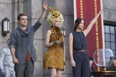 Check out this Catching Fire photo that shows Katniss Everdeen, Peeta Mellark and Effie Trinket standing in front of a crowd. The Hunger Games, Hunger Games Catching Fire, Hunger Games Trilogy, Suzanne Collins, Katniss Everdeen, Dirty Dancing, Vanity Fair, Juegos Del Ambre, Fire Costume