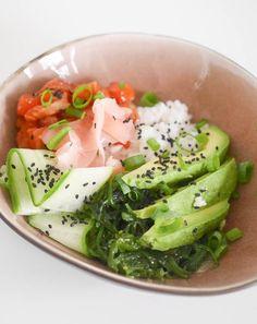 Sushi… dat is wel een dingetje hier in huis. Echt in een sushi restaurant zijn wij nog nooit geweest. Bang dat mijn darmen daar teveel op reageren. Eerst maar eens eentje vinden waarvan ik zeker weet dat er niet teveel gekkigheid in wordt gestopt. Goed… Nu stond er dus laatst … Poke Bowl, Poke Sushi Bowl, Healthy Drinks, Healthy Snacks, Healthy Eating, Healthy Recipes, Sashimi, Clean Eating Recipes, I Love Food