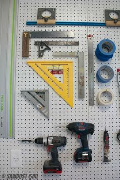 Pegboard Wall - Workshop Tool Storage A pegboard organization wall is an easy way to store your workshop tools. There's a lot of wall in the workshop and you know don't like to waste space. Tool Shed Organizing, Garage Workshop Organization, Do It Yourself Organization, Pegboard Organization, Garage Tool Storage, Workshop Storage, Shed Storage, Lumber Storage, Workshop Ideas