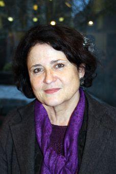 Geneviève Fraisse (1948) es un historiadora del pensamiento feminista y filósofa francesa nacida en París. Es la autora de numerosas obras, sus trabajos tratan de la historia de la controversia de los sexos desde el punto de vista epistemológico y político. Sus investigaciones la han llevado a conceptualizar el servicio doméstico, la democracia exclusiva, la razón de las mujeres, los dos gobiernos. La complejidad de la reflexión sobre los sexos la condujo a trabajar con historiadoras