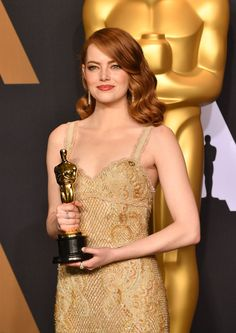 2017 Oscar-Emma Stone poses with her Oscar for best actress for 'La La Land' Hollywood Actresses, Actors & Actresses, Hollywood Glamour, Film Awards, Academy Awards, Emma Stone, Oscar Winners, Award Winner, Golden Globes
